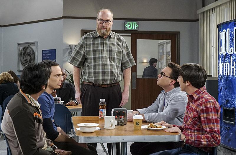Los chicos felicitan a Bert por su premio excepto Sheldon