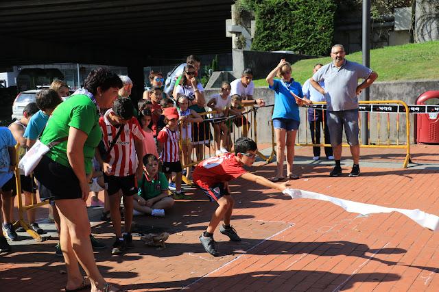 Campeonato de Lanzamiento de Papel Higiénico infantil en Retuerto