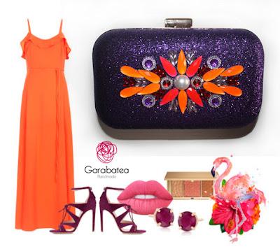 Look con vestido largo naranja y complementos morados