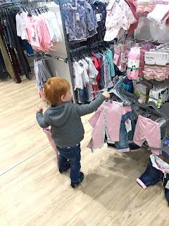 12 von 12 Das Kind räumt die Ständer im Klamottenladen komplett neu um