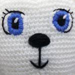 http://translate.google.es/translate?hl=es&sl=en&tl=es&u=http%3A%2F%2Fsquirrelpicnic.com%2F2015%2F06%2F12%2Fhow-to-add-faces-to-your-amigurumi-satin-stitch-embroidery%2F&sandbox=1