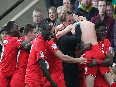 Mamadou Sakho ăn mừng cùng đồng đội