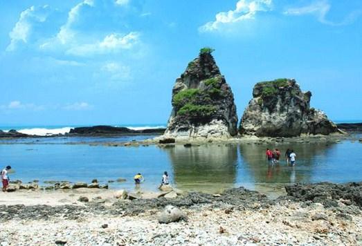 Daya Tarik Obyek wisata Pantai Mekar di Muara Gembong ...