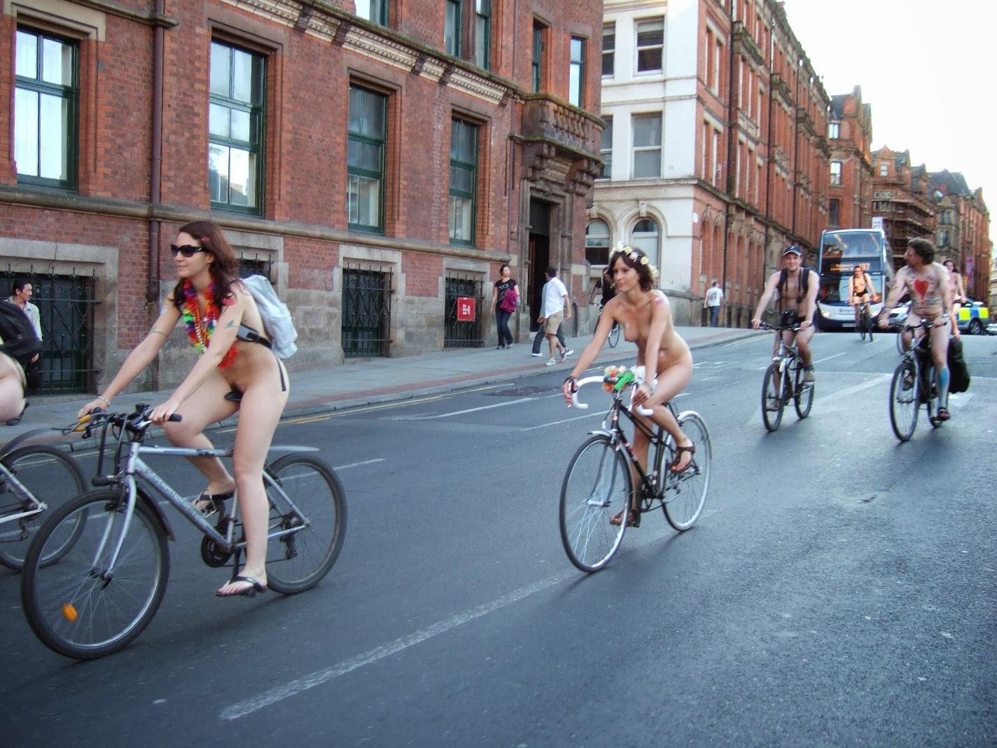 girls-on-street-bikes-nude