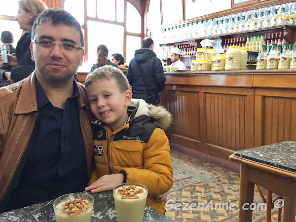 Vefa bozacısında bol tarçınlı ve leblebili boza keyfi, İstanbul