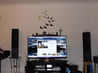 A TV mögötti falon levő dekoráció