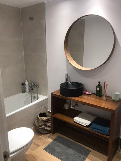 Mueble de baño sin cajones ni puerta en el armario