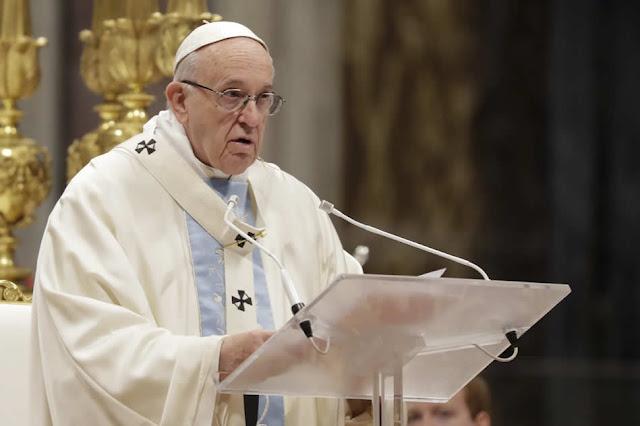 """El papa Francisco criticó hoy que """"el dios dinero"""" crea """"sociedades inhumanas e injustas"""" y animó a las empresas a no concentrarse solo en el beneficio sino también en una labor de solidaridad para favorecer el bien común."""