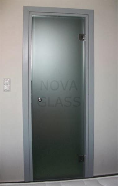 Γυάλινη σατινέ πόρτα τοποθετημένη σε υπάρχουσα κάσα