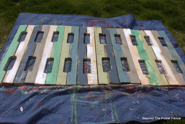 pallets, fusion mineral paint, beyond the picket fence, bedroom decor, http://bec4-beyondthepicketfence.blogspot.com/2015/05/pallet-headboard.html