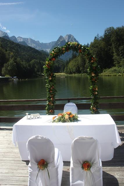 Freie Trauung am See - Hochzeit mit Reisemotto in Orange, Pfirsich, Apricot - Niederlande meets Russland in Garmisch-Partenkirchen, Riessersee Hotel, Bayern - Travel themed wedding orange colour scheme