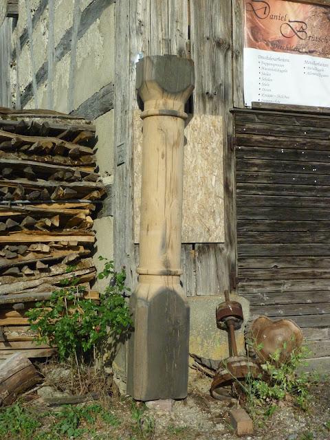 riesige Holzsäule aus einem Stück gedrechselt
