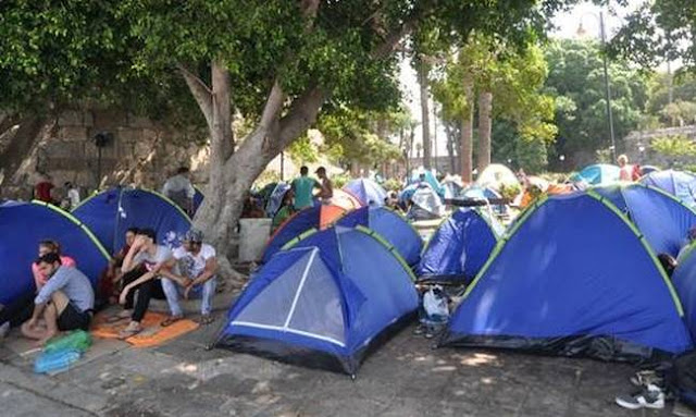 Guardian: Ευρωπαϊκά κράτη στέλνουν πίσω στην Αθήνα πρόσφυγες
