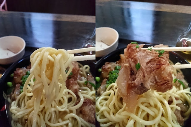 ソーキそばの麺と軟骨ソーキの写真