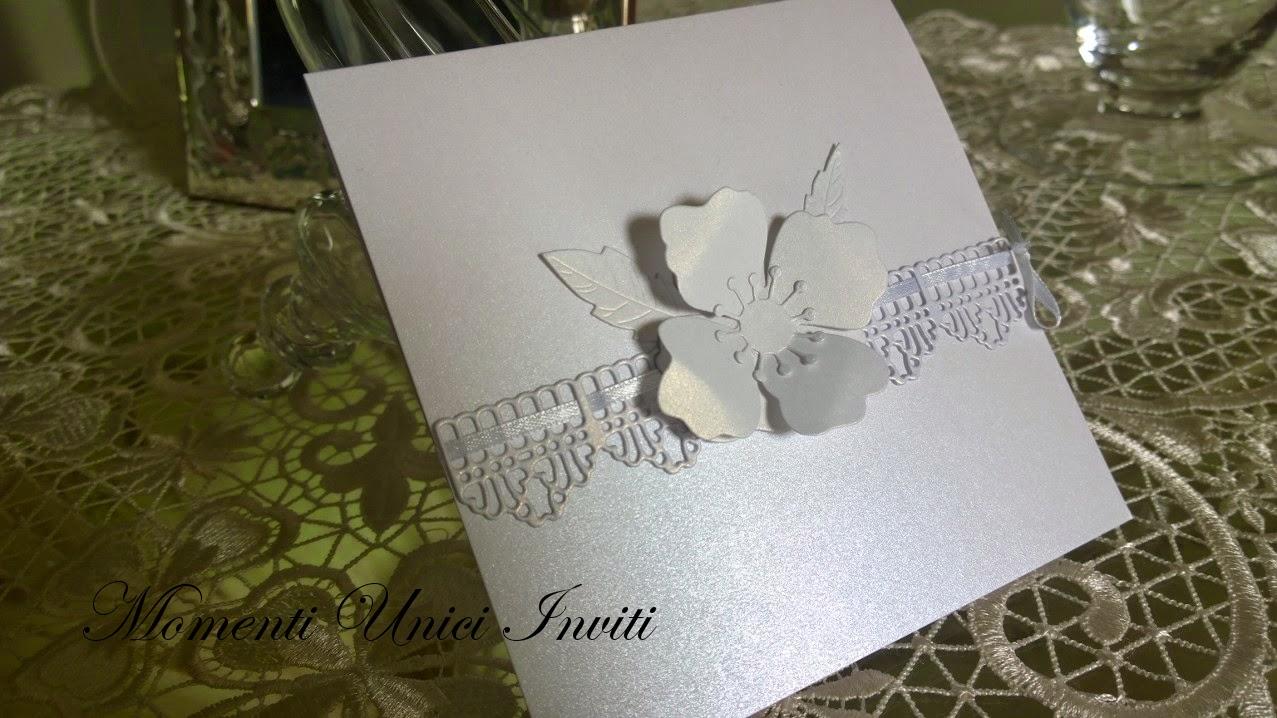 bordatura+pizzo+di+carta+e+grande+fiore Partecipazione con fiore e bordatura in pizzo total whiteLinea Floreale Partecipazioni Pizzo Total White