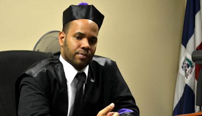 Juez suspendido por caso Quirinito salió del país