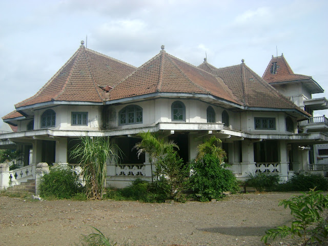 4. Gedung Lowo