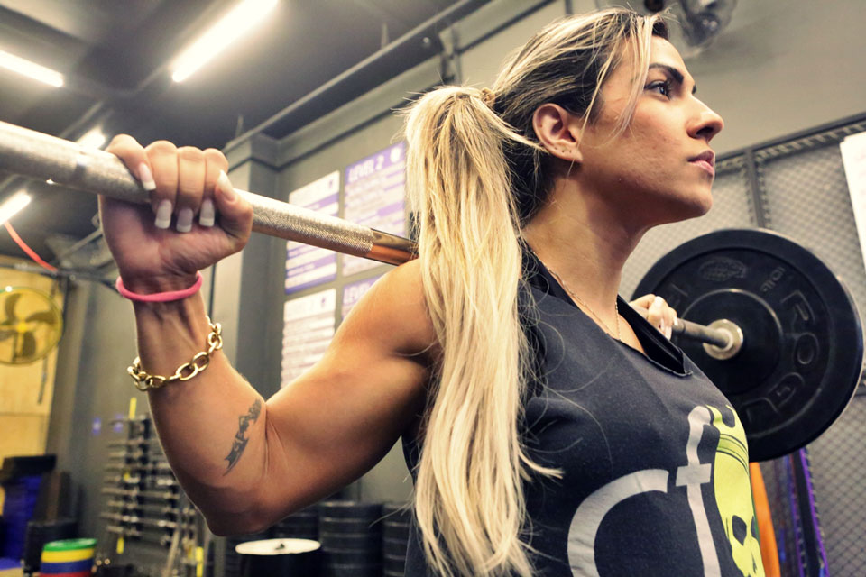 Verônica Araújo realiza levantamento de peso em Box de CrossFit. Foto: Alan Chaves/Juliano Mendes Assessoria