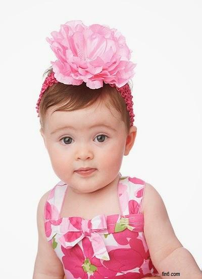 Petit bébé fille mignon