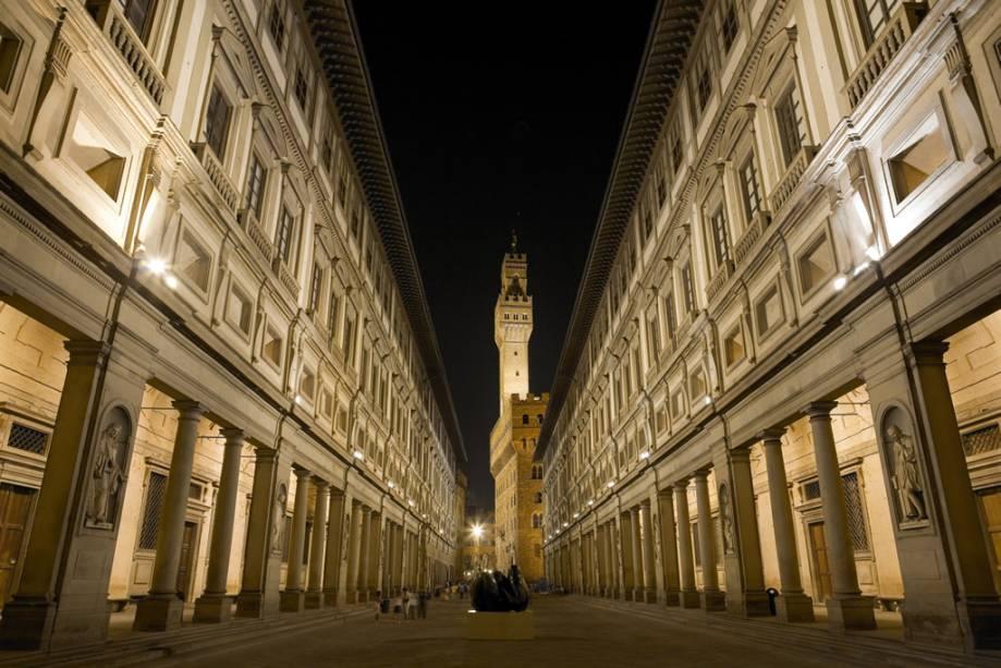 a19248000 Estima-se que aproximadamente 40% do acervo artístico do país estão nos  museus e nas ruas de Florença. Duas das galerias mais concorridas do mundo,  ...