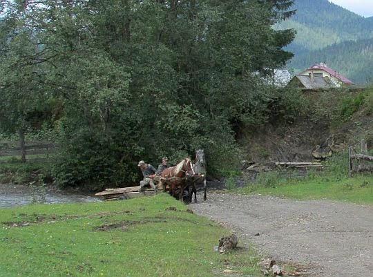 Zaprzęg przejeżdża przez rzekę Яловичера.