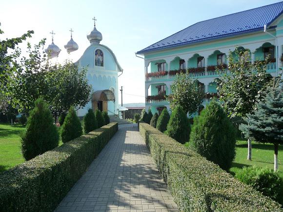 Банчени. Свято-Вознесенський монастир. Келії і церква Покрови Пресвятої Богородиці