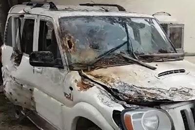 मंत्री राजा भैया के करीबी प्रधान-पति की बम मारकर हत्या, 2 गंभीर