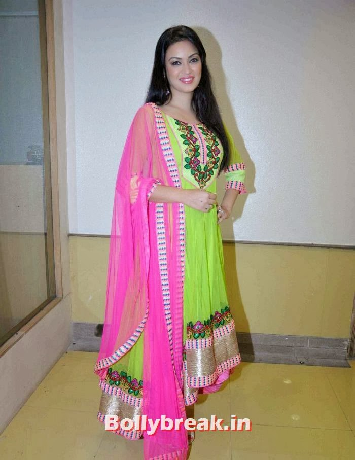 Dil mera muft ka item girl Maryam Zakaria in suit, Maryam Zakaria Pics from Welingkar Fashion Show