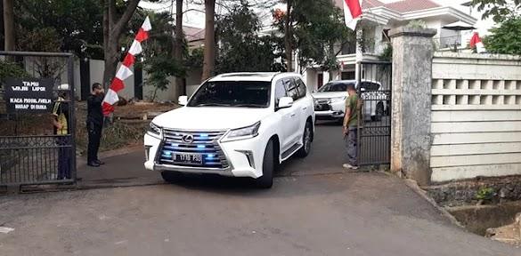 Mobil Yang Biasa Ditumpangi Prabowo Keluar Dari Kediaman Salim