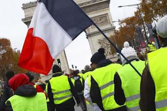 """Luigi Di Maio annuncia l'appoggio ai gilet gialli: """"Non mollate, siamo con voi. Vi diamo anche Rousseau"""""""