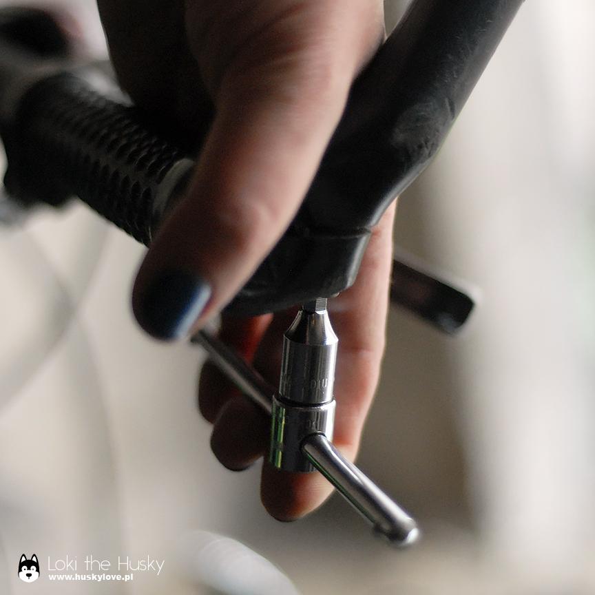 Odkręcanie starych rogów z kierownicy roweru