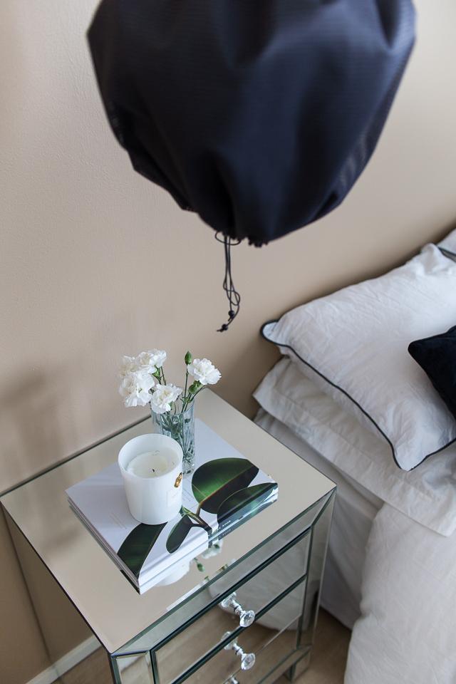 peilipintainen yöpöytä, KP Interiors, Villa H blogi