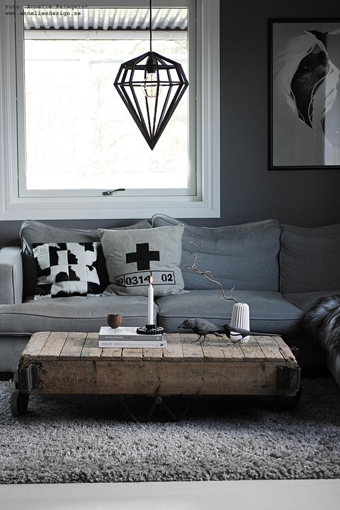annelies design, webbutik, webshop, nätbutik, inredning, fågel, fåglar, korp, skata, korpar, skator, svart och vit, svartvit, svartvita, svart och vitt, bengt karlsson, handsnidad, handsnidade, täljda, lampa, lampor, döden, diamant, diamantlampa, vardagsrum, vardagsrummet, grå, grått, gråa, soffa, soffbord, ljusstake, kudde koskinn, kuddar, kuddfodral, fårskinn,isiländska,