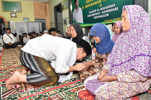 Tarawih di Masjid Mujahidin Krandegan, Gus Ipin Berbagi Kecerian Dengan Masyarakat