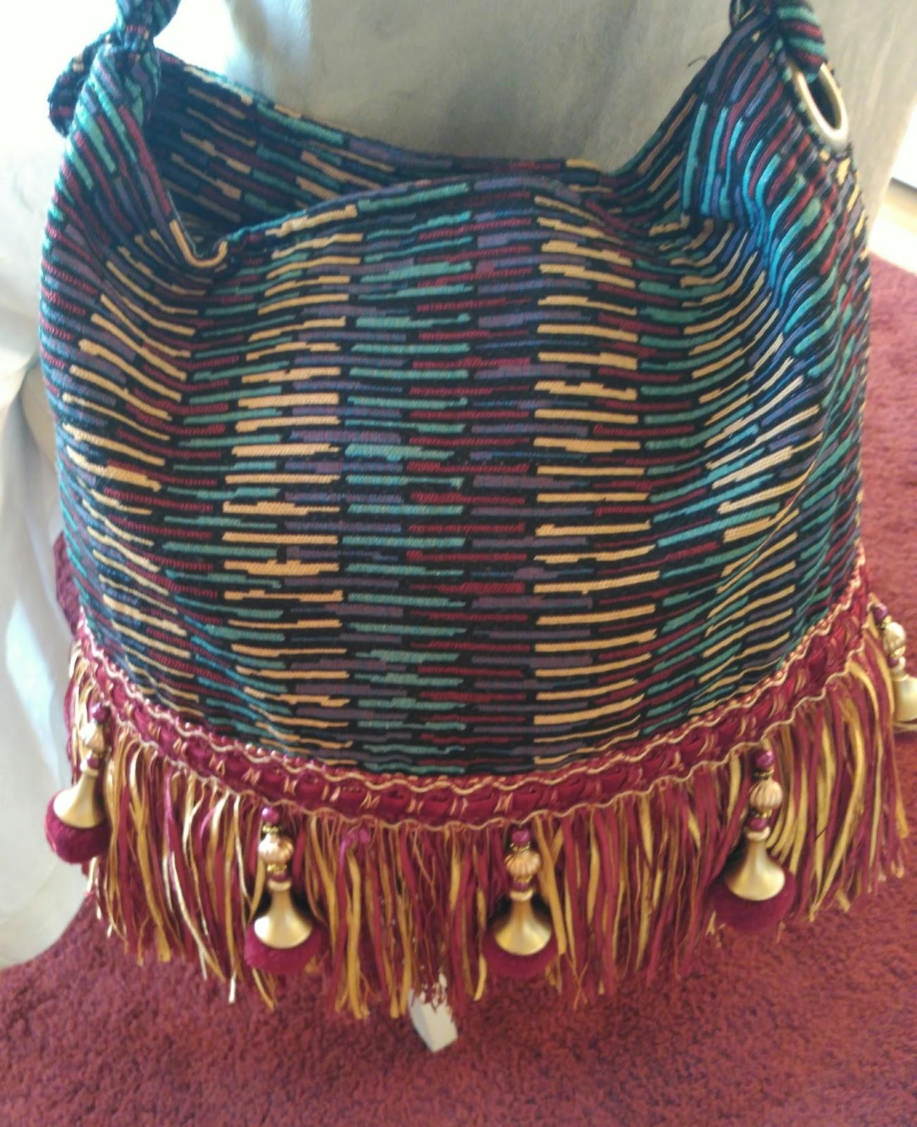 03f9922f2 Bolsos en tela con adornos de flecos en la parte inferior. Tamaño grande,  para llevar al hombro. Envios desde Valladolid a toda España. 29€