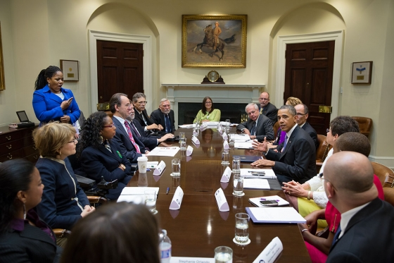 La abogada sorda Claudia Gordon en una reunión presidida por Barack Obama