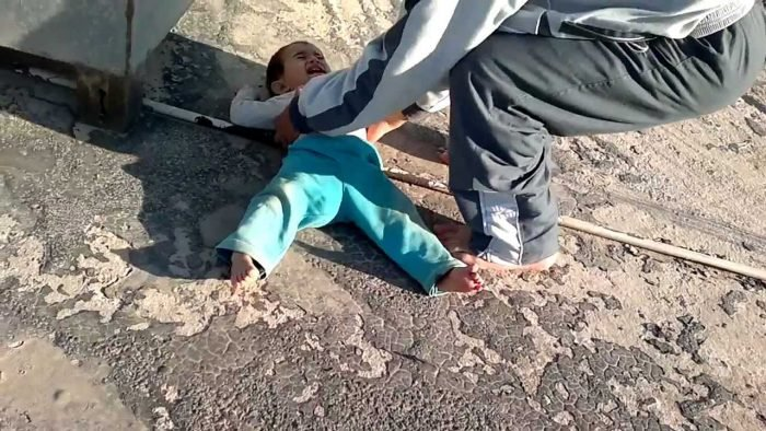 سقوط طفل من الطابق الثالث بمنزله بمدينة الكارة