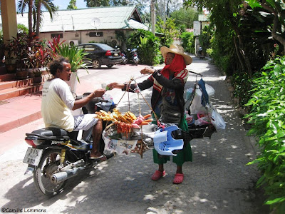 Som tam on foot with a buyer, Chaweng beach