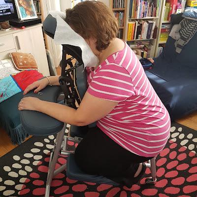 Installée pour le massage assis