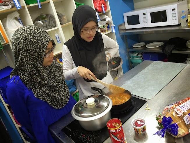 Syok Betul Share Dapur Dengan Omputih Tu Masak Spagetti La Baked Bean Omellete With Cheese Bagai Eh Aku Orang Asia Haruslah Makan Nasi