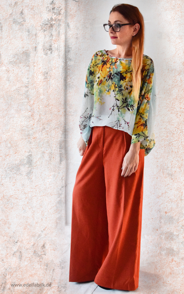 Weite Hose in Orange plus Bluse mit Blumenmuster