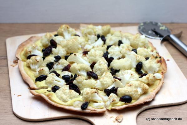 Flammkuchen mit geröstetem Blumenkohl, Rosinen, Oliven und Curry-Schmand
