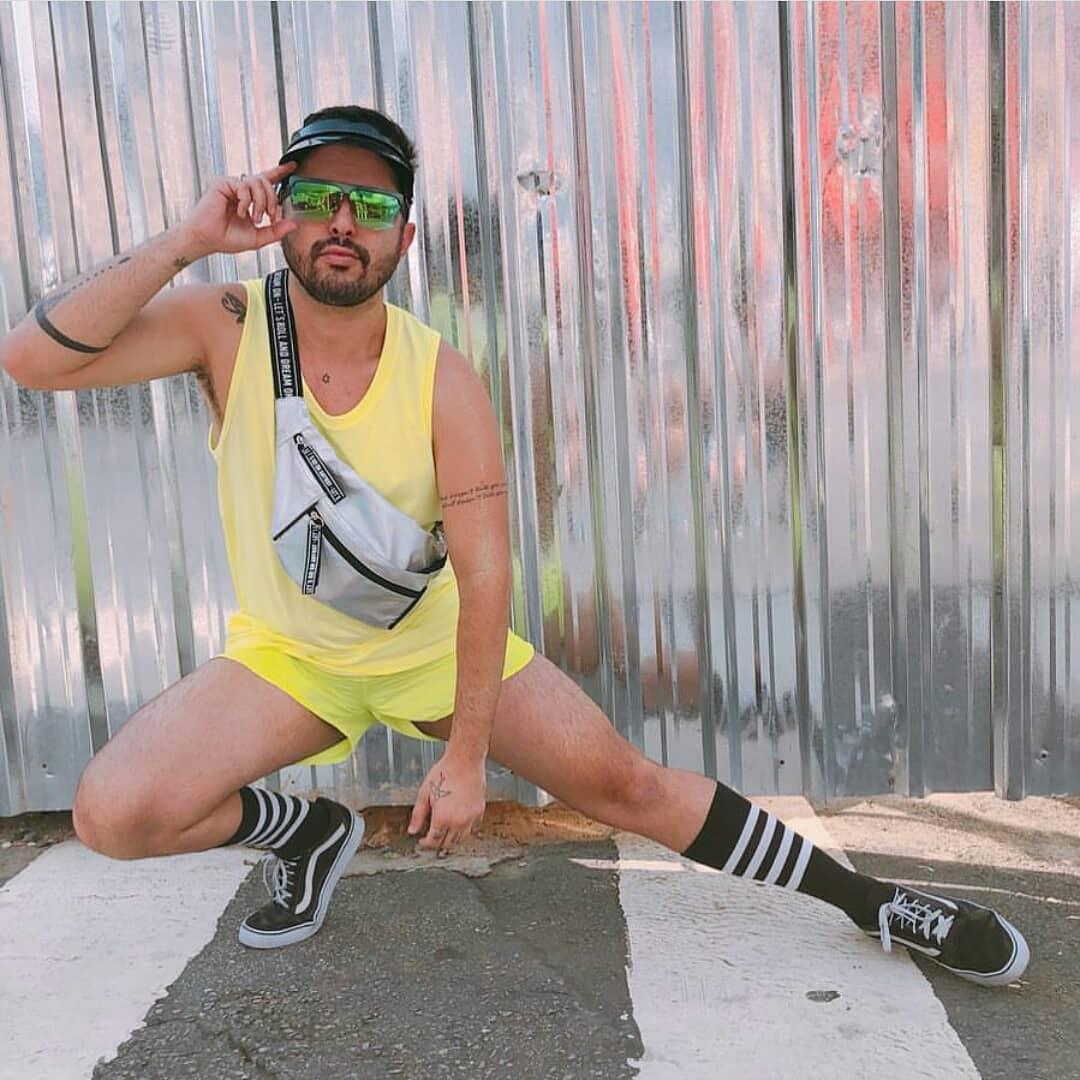 Look Masculio Neon Verao Carnaval 2019 na praia