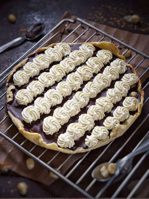 Schokoladentarte mit Macadamia-Nüssen und Mousse aus weißer Schokolade
