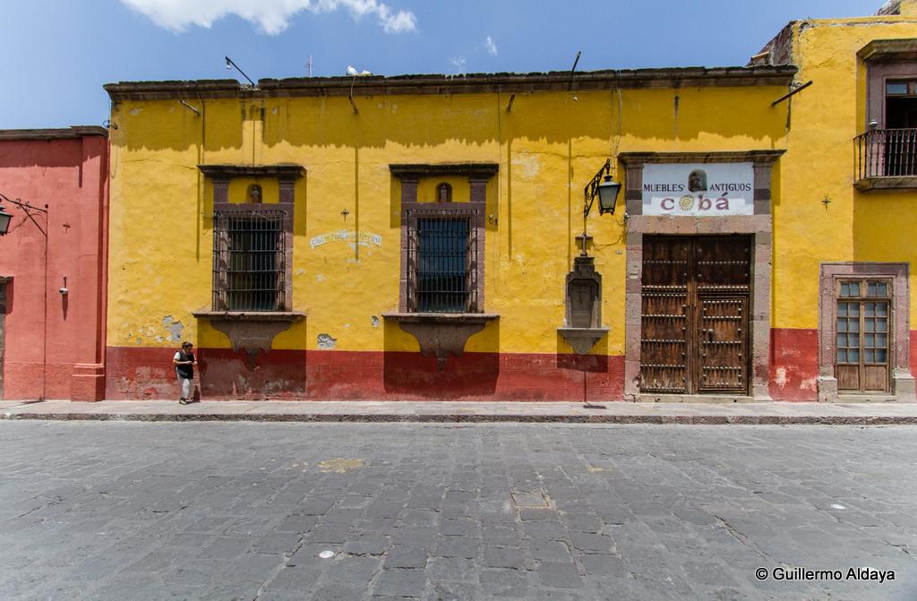 Guillermo aldaya photographs muebles antiguos cob for Muebles antiguos