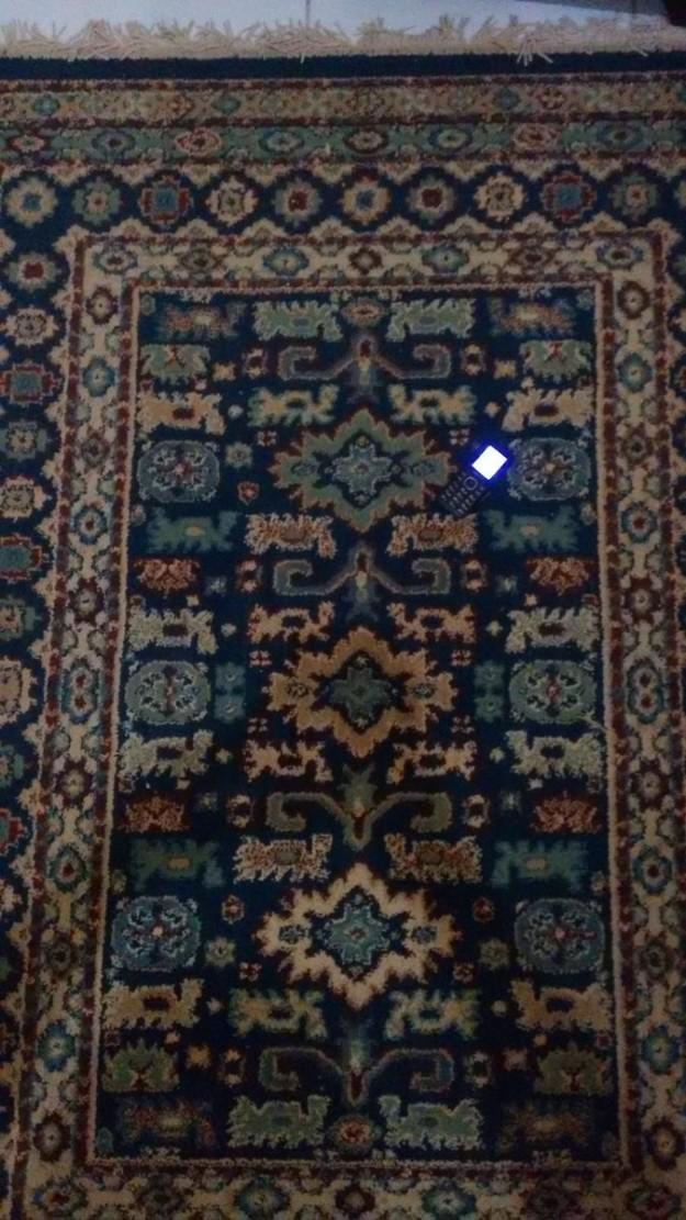 Desafio: Será que você conhece achar o celular nesse tapete?