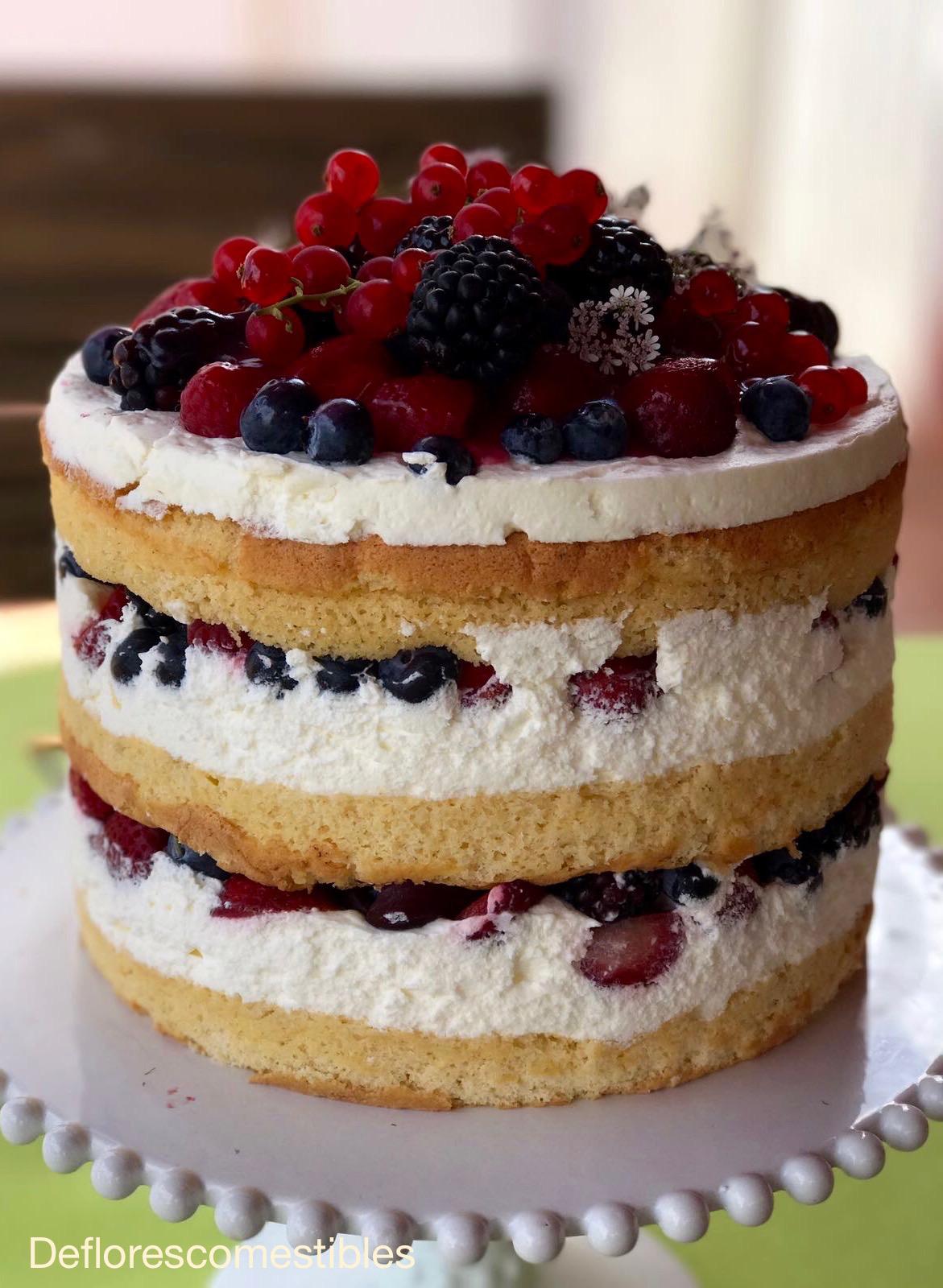 Tarta de nata con frutos rojos y flores comestibles