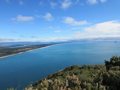 Vistas del océnao Pacífico y la isla Matakana desde Mount Maunganui, Nueva Zelanda
