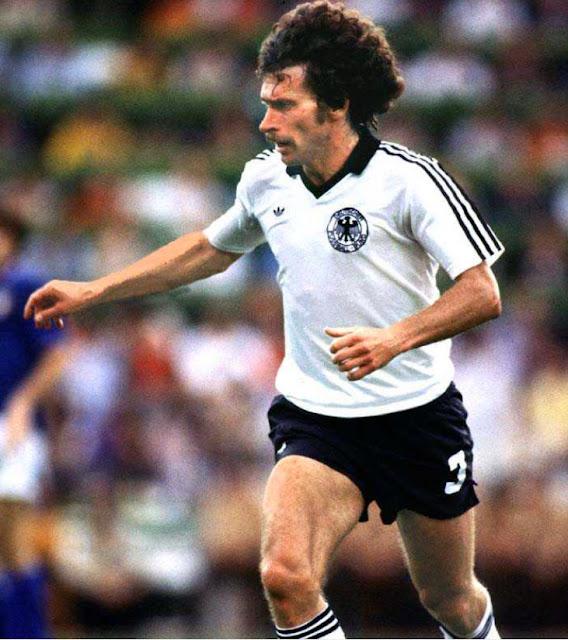 Breitner con Selección de fútbol de Alemania 1982