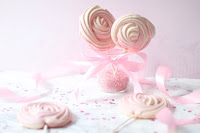 Recette de sucettes meringues ou meringues pops. À déguster comme ça ou a utiliser comme cake toppers